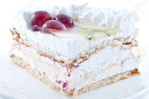 Безглютеновый меренговый торт украшен ягодами