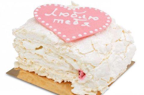 Меренговый торт без глютена с торжественной надписью и сердечком