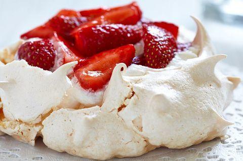 Безглютеновый меренговый торт с ягодами