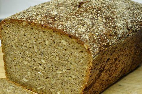Безглютеновый серый хлеб в разрезе