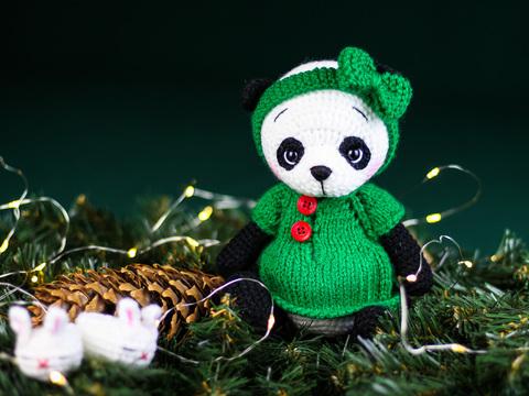 Іграшка в'язана HandiCraft Панда у зеленому платті