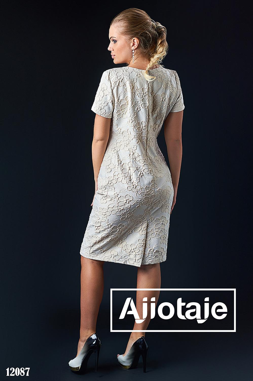 Элегантное платье с колье бежевого цвета