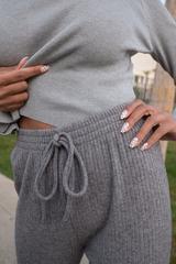 Серые трикотажные штаны недорого