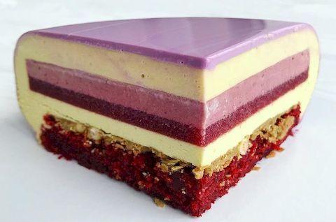 Кусок слоеного муссового торта без глютена с ягодной глазурью