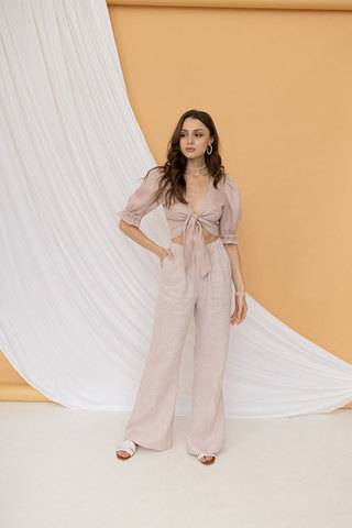 Укороченная блуза на завязке пудрового цвета из льна