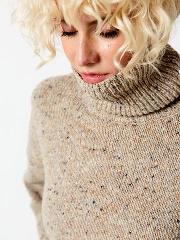 Комплект свитер с воротом и брюки бежевый