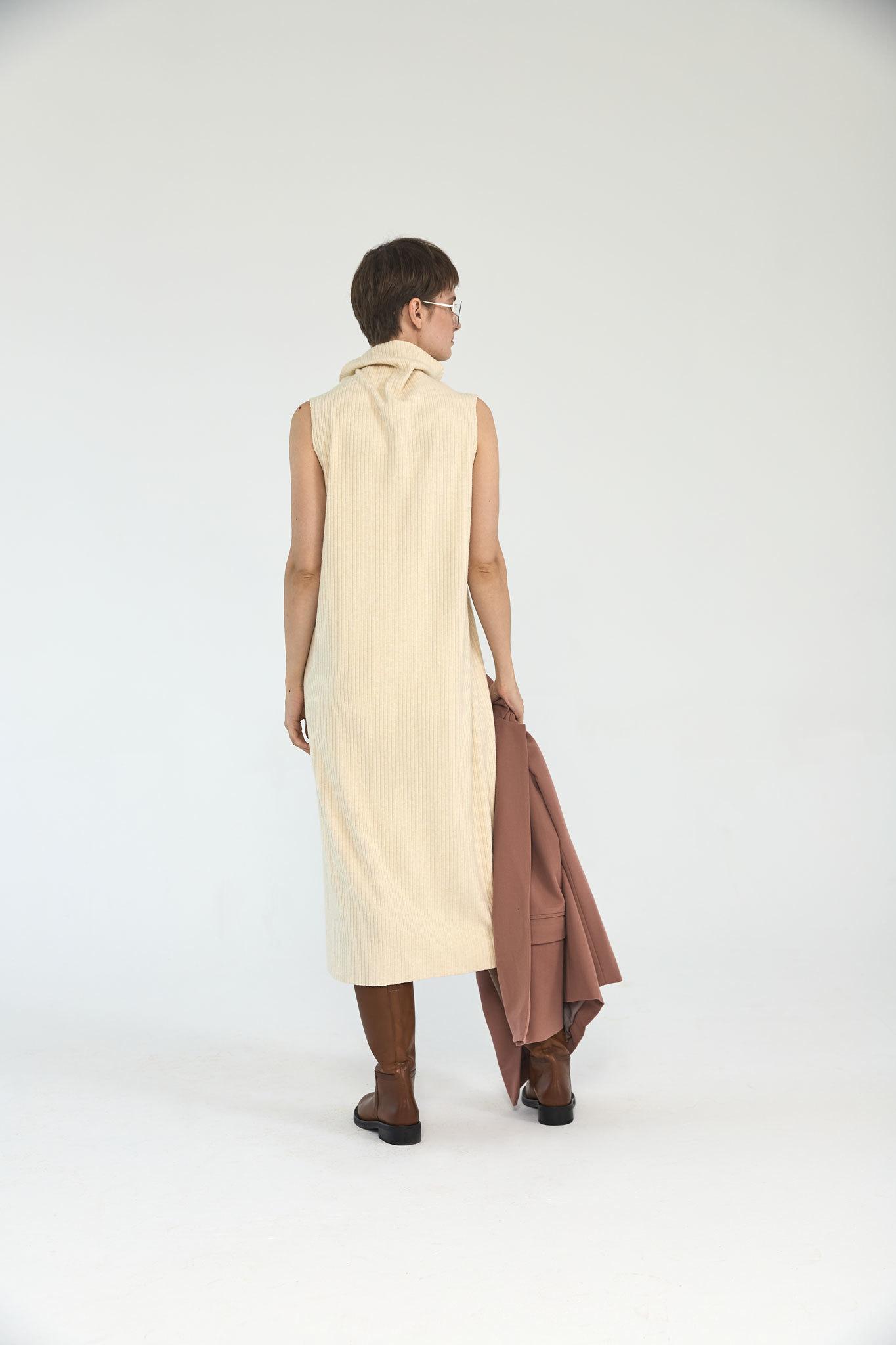 Платье-водолазка без рукавов (трикотаж), молоко