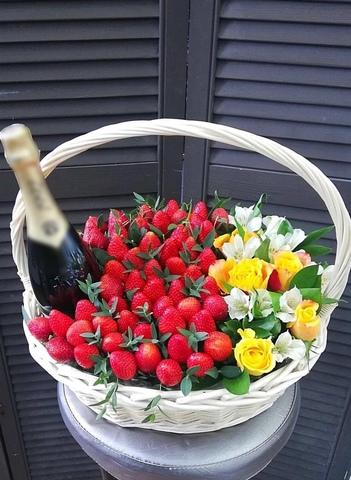 Корзина с клубникой, цветами и напитком