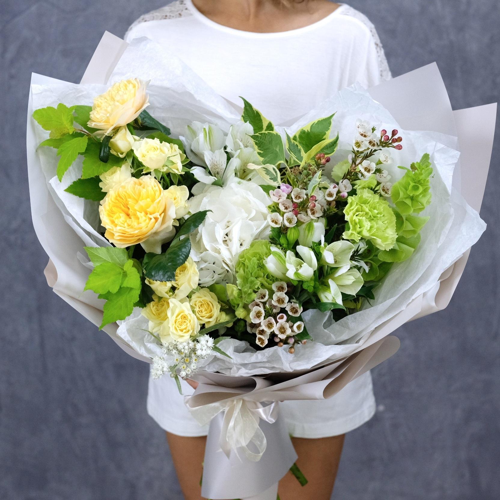Букет №27 с белой гортензией и пионовидными розами