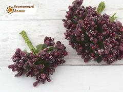 Тычинки с ягодами в букете цвета гнилой вишни