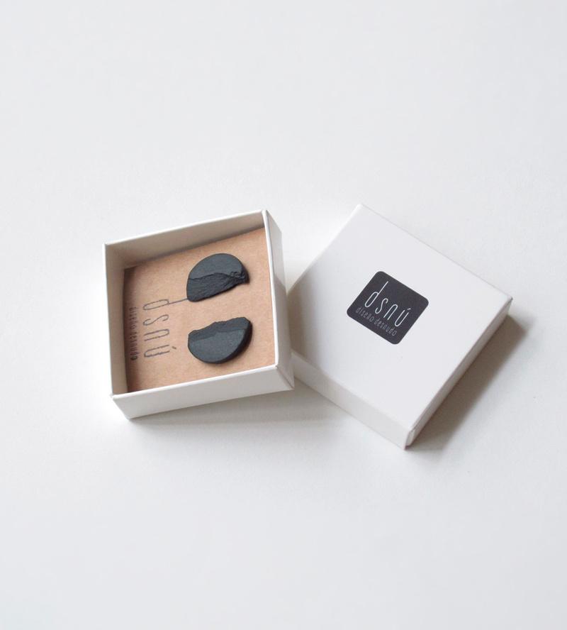 Серьги--CURVA-Black-от-бренд-DSNU-упаковка