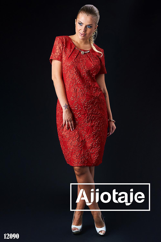 Элегантное платье с колье красного цвета