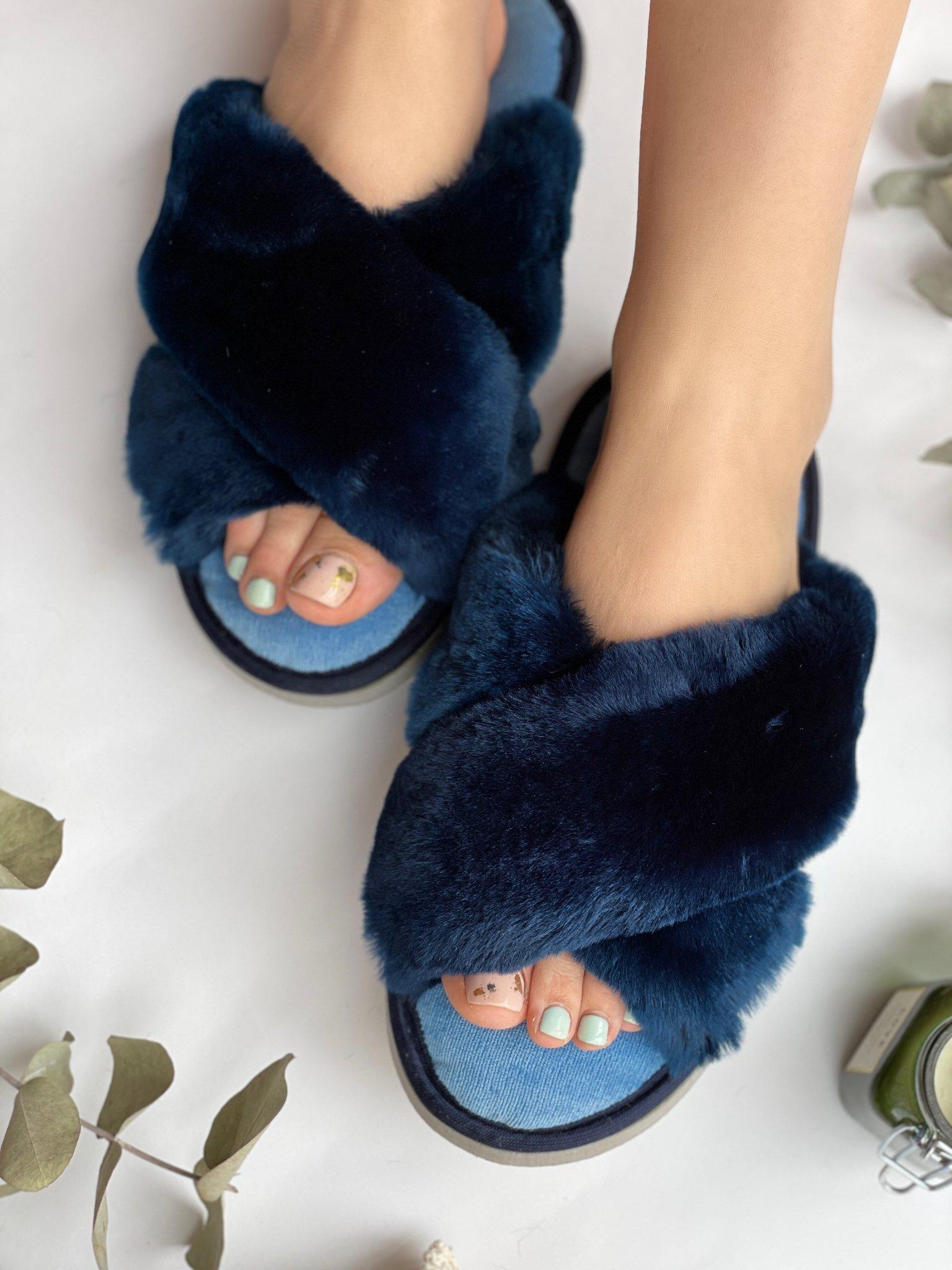 Меховые тапочки сапфировые с перекрестными шлейками и текстильной стелькой голубой