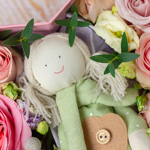 Коробка в форме сердца с тряпичной куколкой и цветами (31х30см)