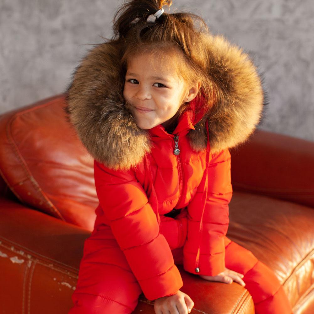 Дитячий зимовий комбінезон червоного кольору і опушкою з натурального хутра коричневого кольору