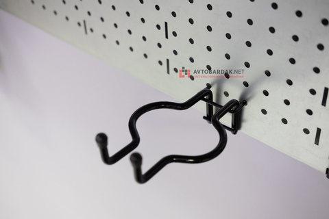 Крюк для подвеса триммера на металлическую перфорированную панель