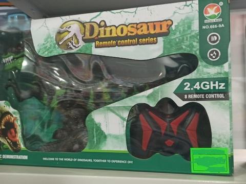 Динозавр робот на пульте управления
