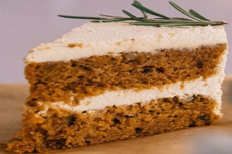 Морковный торт безглютеновый украшен зеленой веточкой