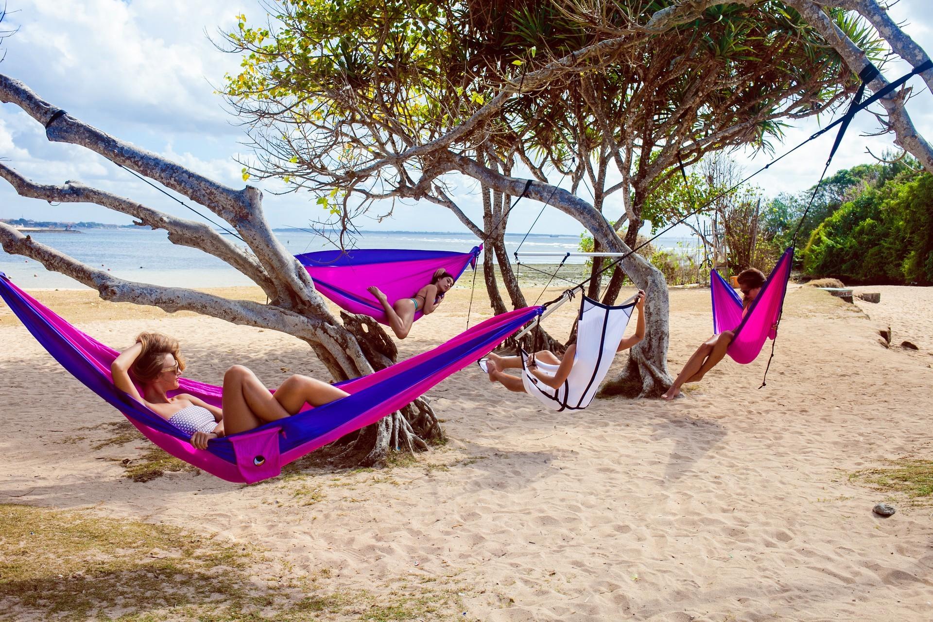Лагерь из гамаков на пляже