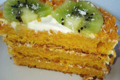 Морковный торт без глютена украшен плодами киви