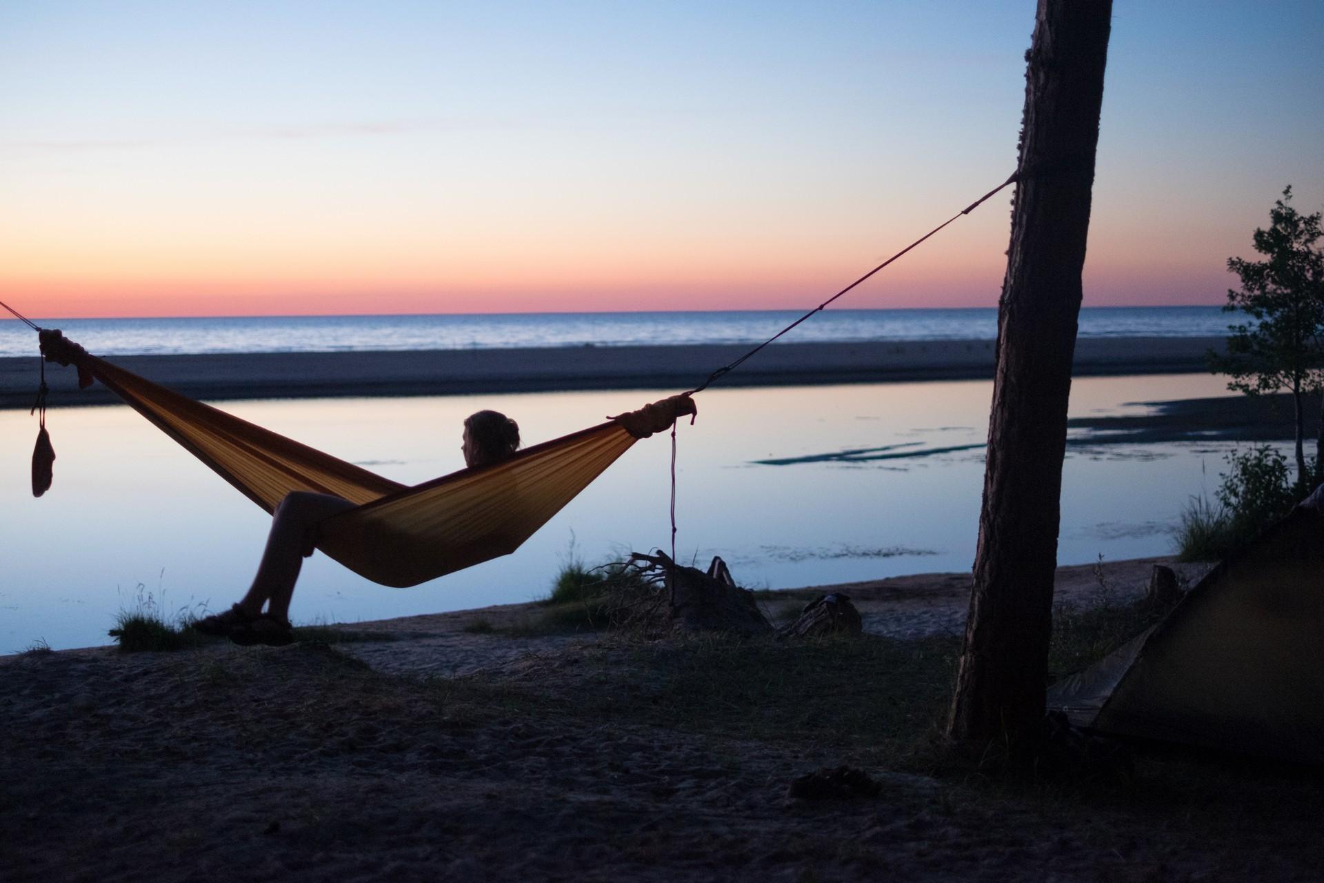 Здорово любоваться закатом в гамаке на берегу реки.