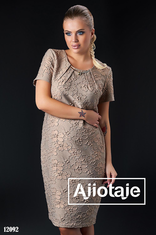 Элегантное платье цвета мокко с колье