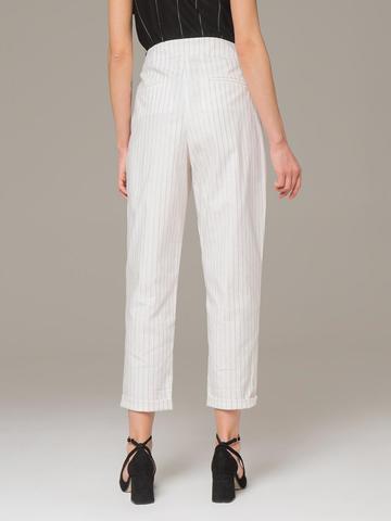 Женские укороченные брюки белого цвета из хлопка с защипами - фото 2