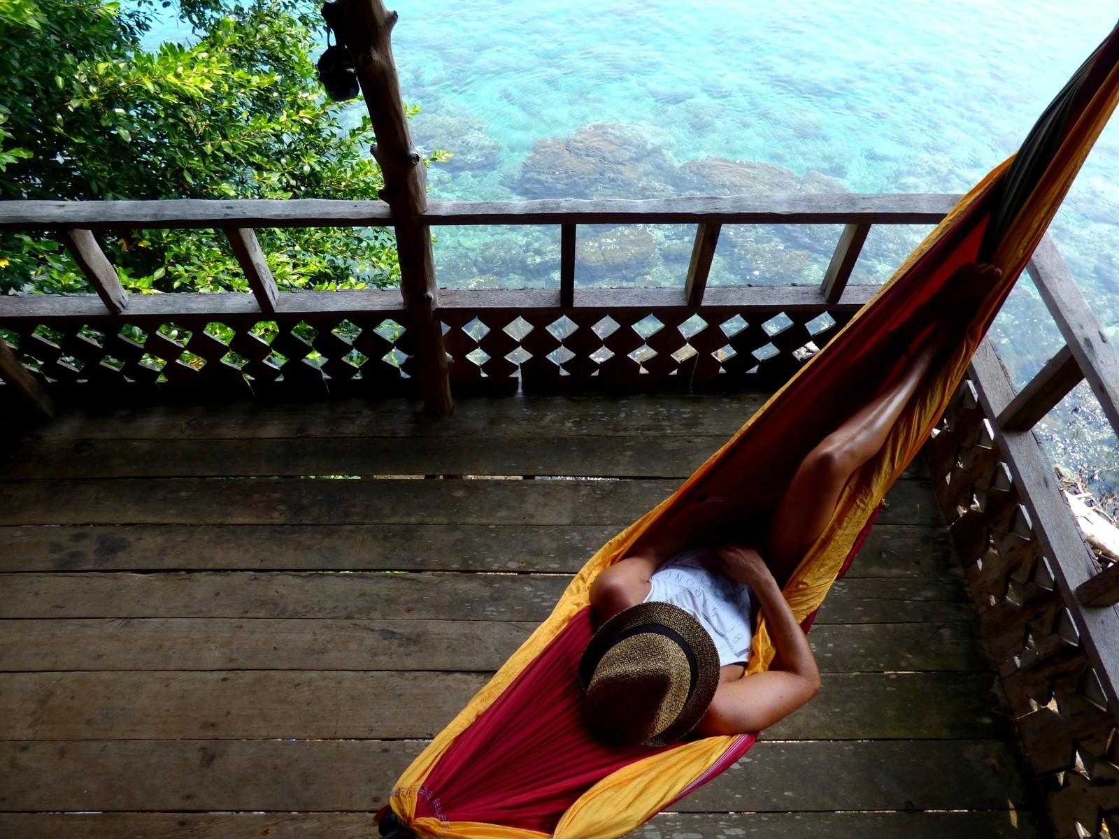 Отдых в гамаке на веранде.