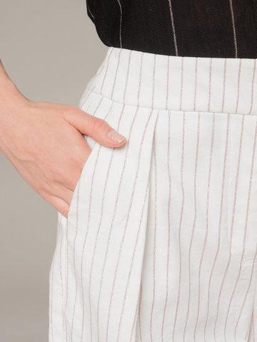 Женские укороченные брюки белого цвета из хлопка с защипами - фото 4