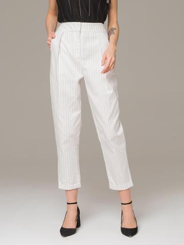 Женские укороченные брюки белого цвета из хлопка с защипами - фото 1