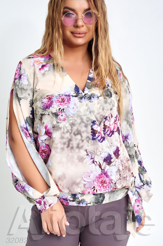 Костюм с блузкой в цветочек и брюками