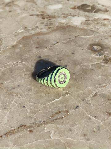 Кольцо-печатка круглое из серебра с зеленой эмалью
