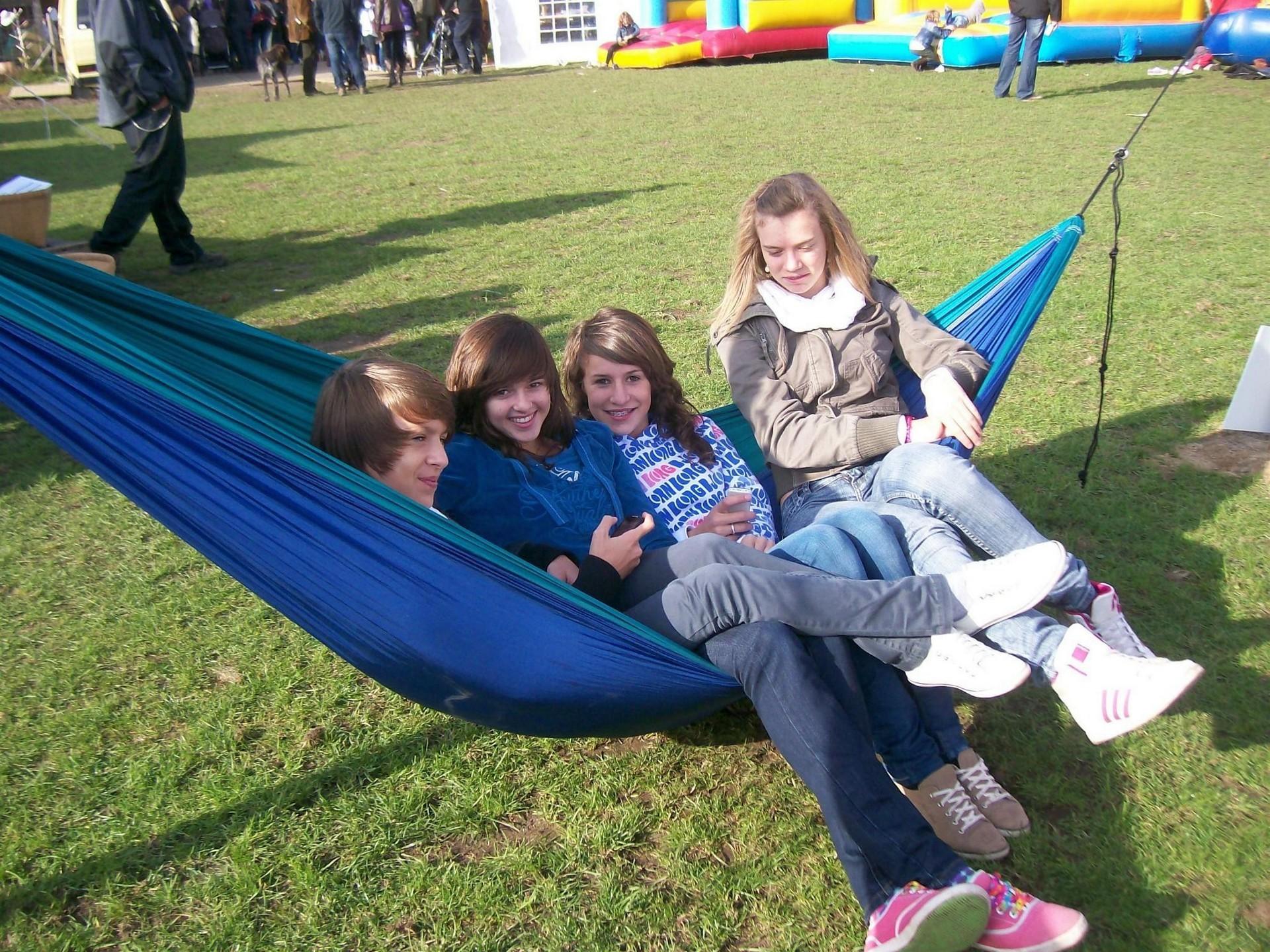 Четыре девчонки в гамаке на лужайке.