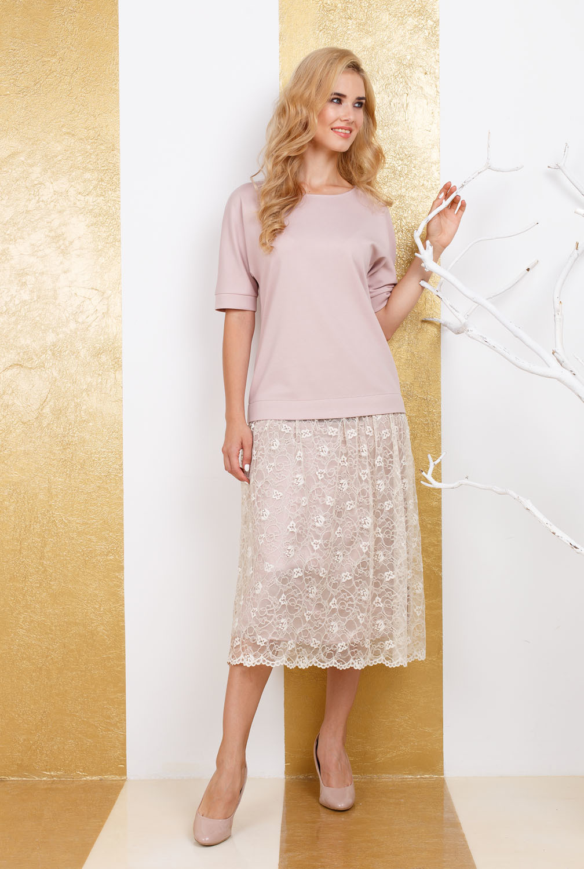 Платье З271а-464 - Бежевое платье ниже колен сделает вас звездой на любом мероприятии. Модель состоит из свободной однотонной блузы с короткими рукавами и кружевной юбки до середины икры. Необычность и нежность этому наряду придает оригинальный дизайн юбки. Летящая, кружевная юбка сделает ваш образ изысканным и утонченным. Платье сделает акцент на достоинствах и скроет недостатки. Цельное платье без застёжек на спинке