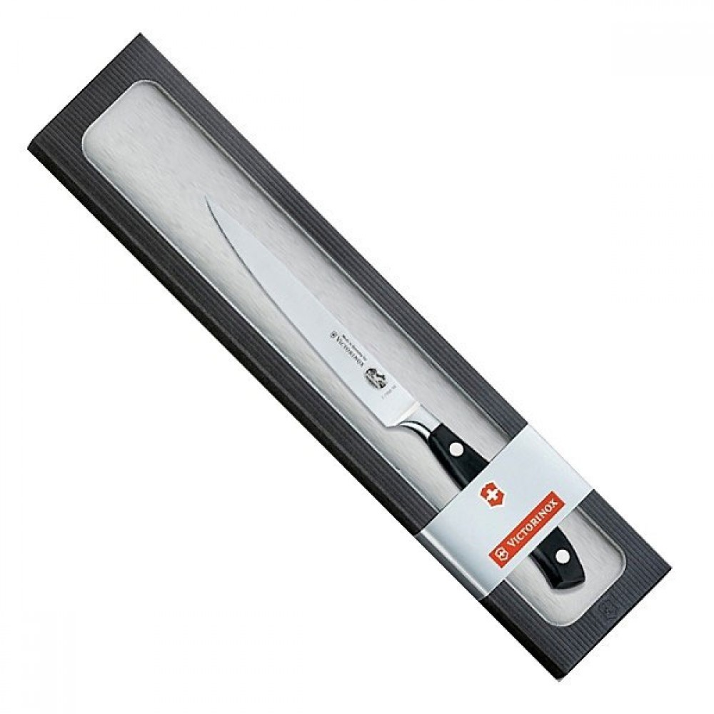 Кухонный универсальный нож Victorinox из кованой стали, длина лезвия 15 см. (7.7203.15G)