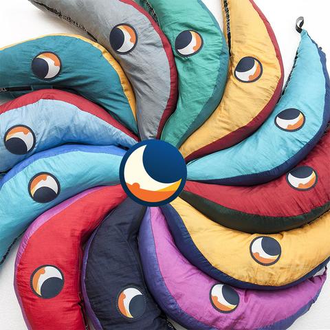 Упаковка гамаков разных цветов.