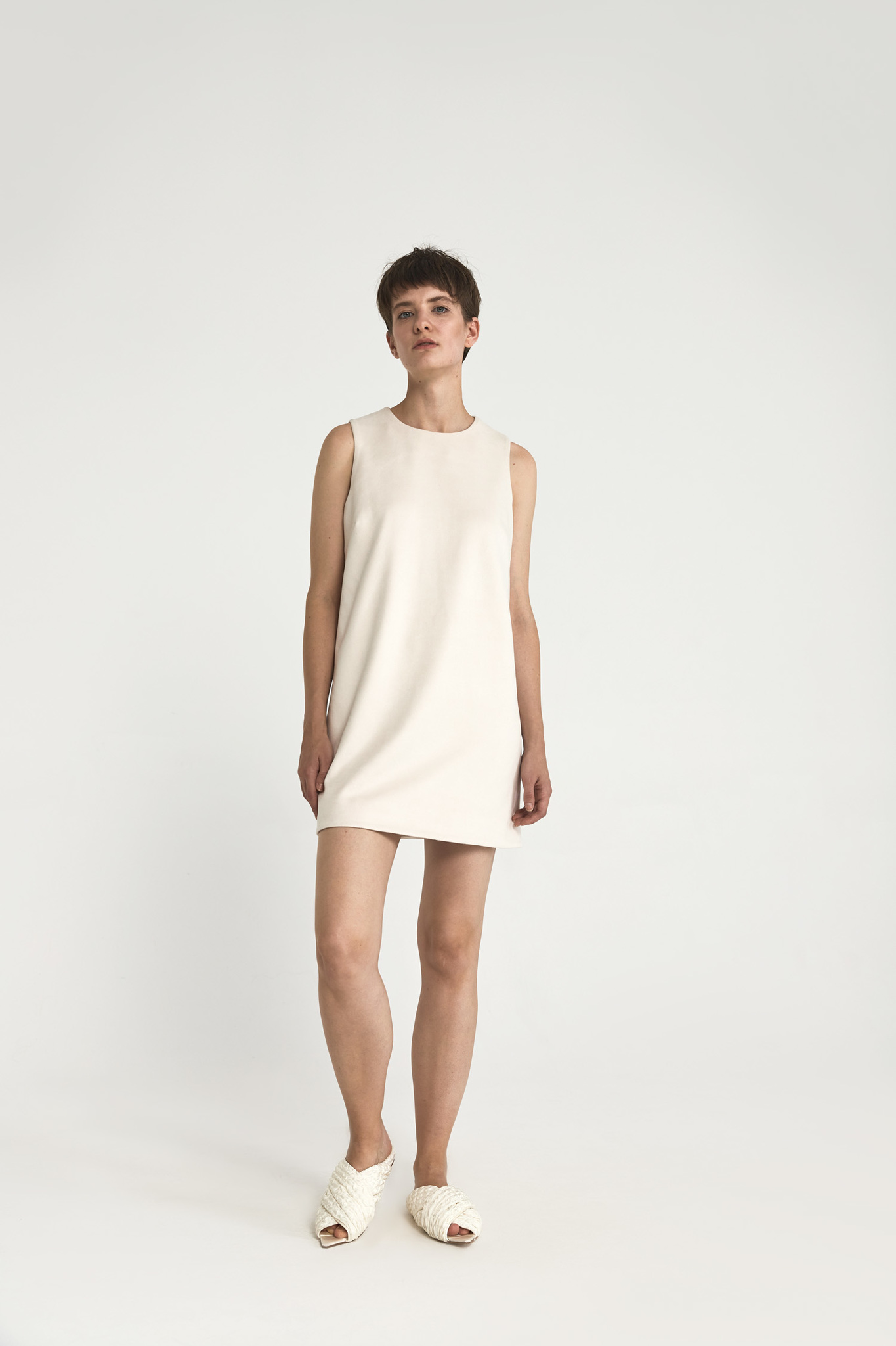 Платье-футляр мини из искусственной замши, молоко