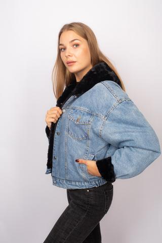 Джинсовая куртка с черным мехом и капюшоном недорого