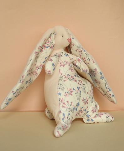 Зайчик бежевый , светлая ткань с розовыми и синими цветами