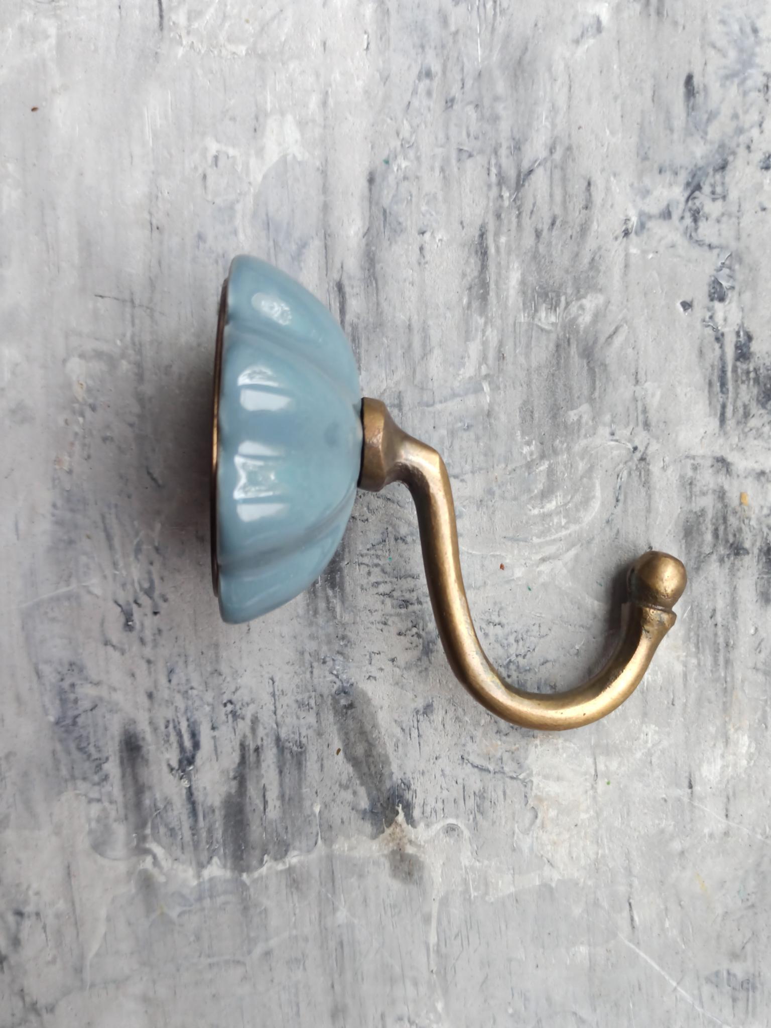 Крючок керамический серого цвета
