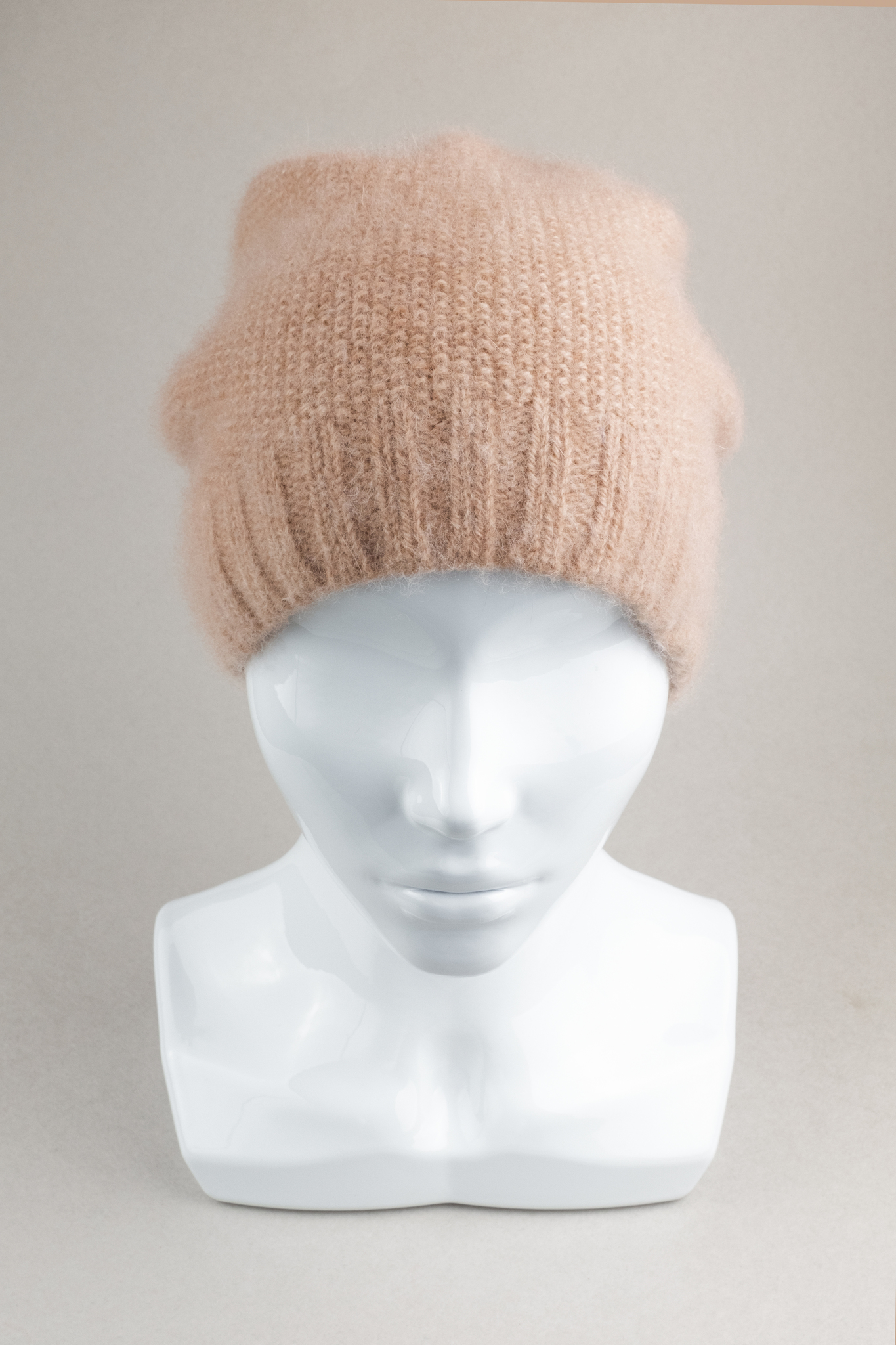Вязаная женская шапка бини из ангоры бежевая