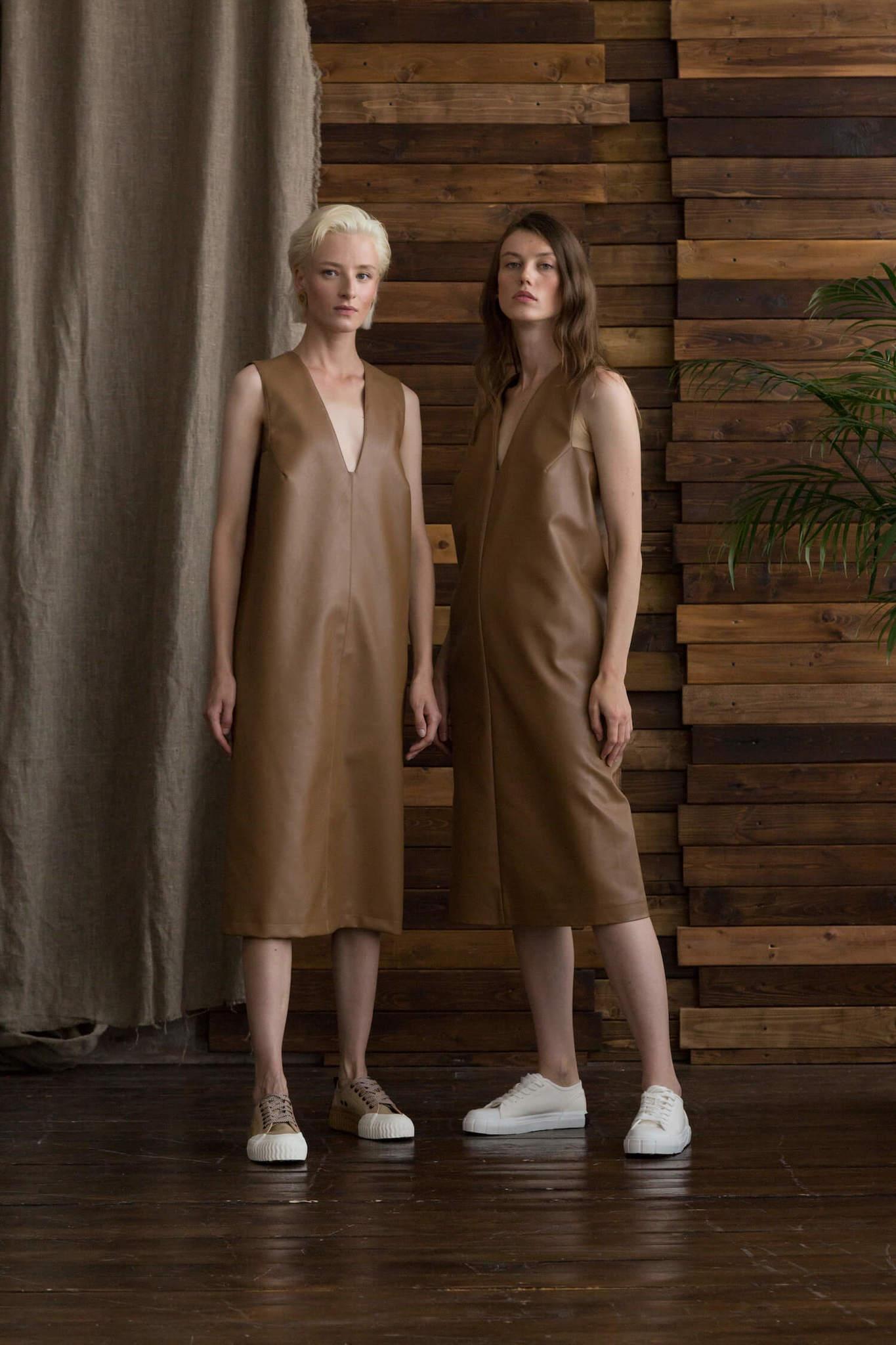 Платье из экокожи без боковых швов с вырезом на груди, кемел