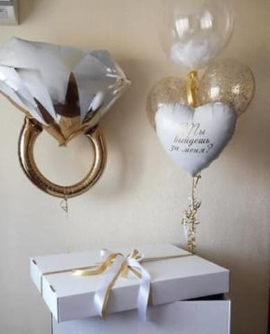 шары на предложение руки и сердца с белыми перьями