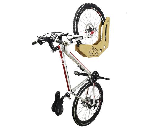 Деревянный подвес велосипеда за колесо