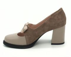 Бежевые туфли из натурального велюра на высоком каблуке