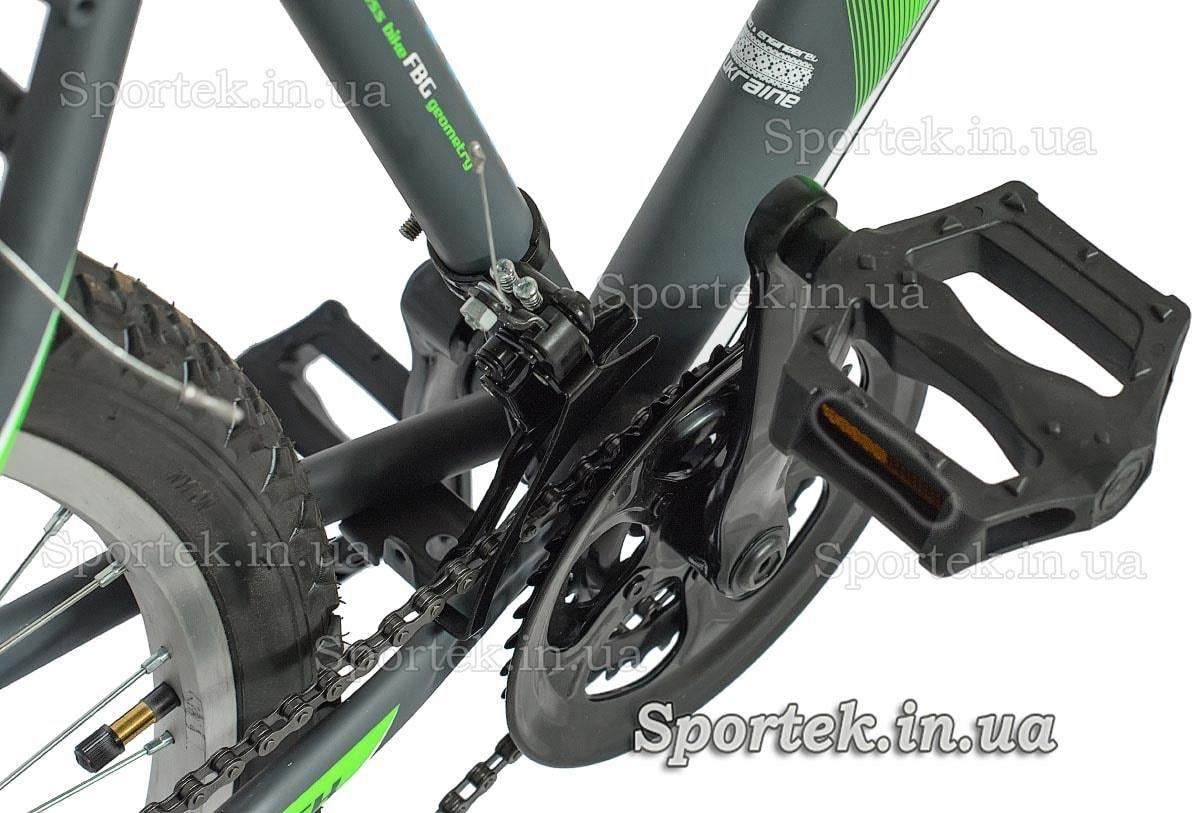 Передня зірка і педаль міського чоловічого велосипеда Діскавері Атак 2016