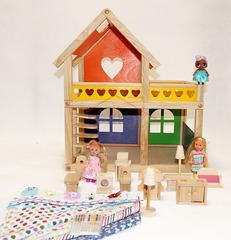 Уютный деревянный домик c набором мебели и шторками