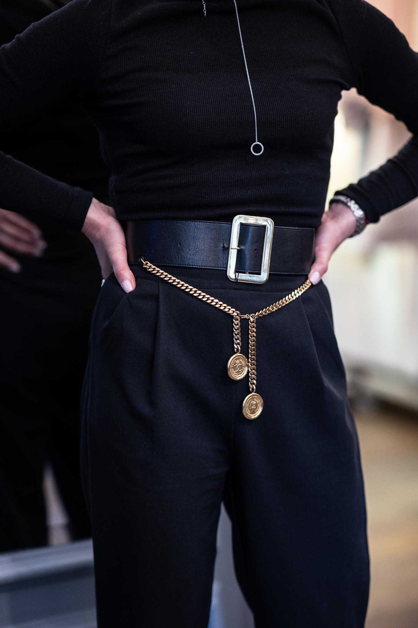 Кожаный ремень Chanel с подвесами-монетами 1980-е