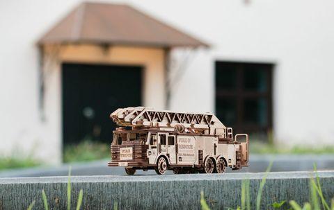 Пожарная машина выдвижной вращающейся лестницей от EWA - Fire Truck, Деревянный конструктор, сборная модель, 3D пазл