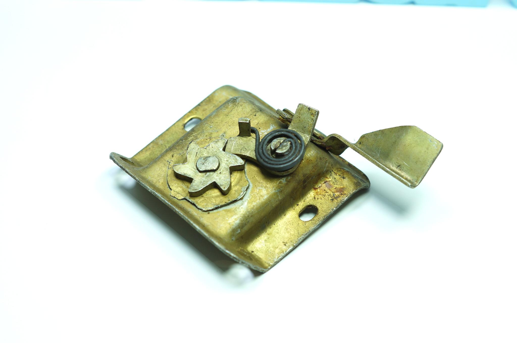 Механизм замка багажника Газ 21
